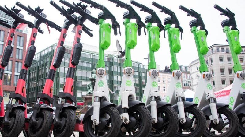 e-scooter-stehen-nebeneinander-foto-daniel-bockwoldtdpasymbolbild