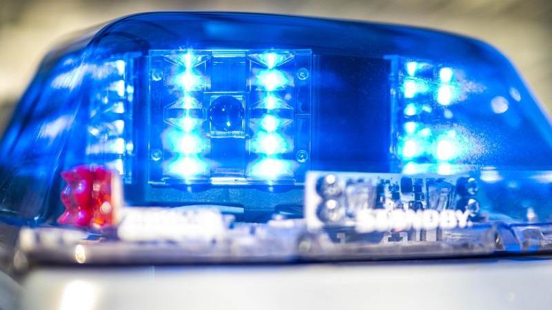 das-blaulicht-an-einem-polizeiwagen-leuchtet-foto-david-inderlieddpaillustration
