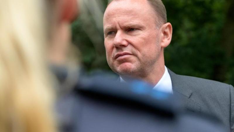 hamburgs-innensenator-andy-grote-spd-im-gesprach-mit-polizisten-foto-jonas-walzbergdpaarchivbild