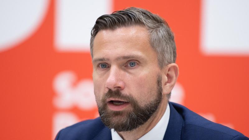 martin-dulig-spd-wirtschaftsminister-von-sachsen-spricht-foto-sebastian-kahnertdpa-zentralbilddpa
