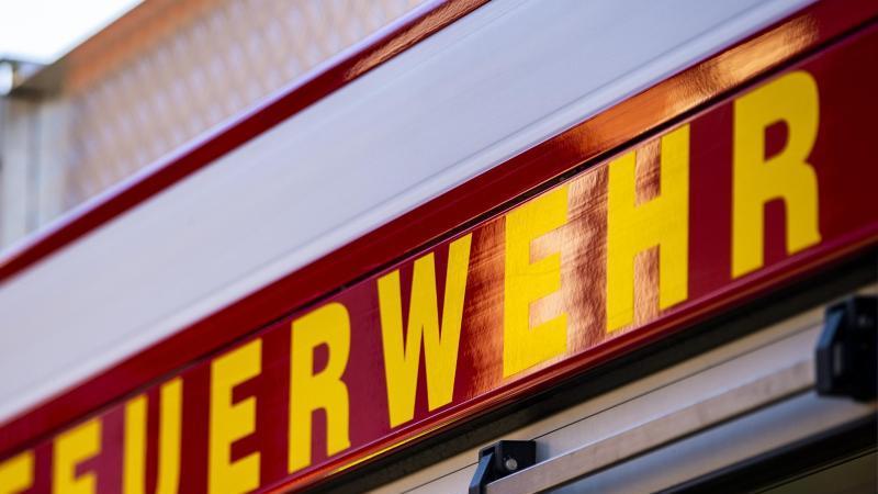 auf-dem-einsatzfahrzeug-ist-in-gelber-farbe-der-schriftzug-feuerwehr-zu-lesen-foto-david-inderlieddpasymbolbild