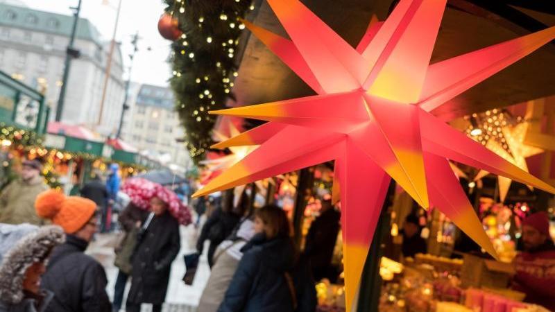 besucher-gehen-in-hamburg-uber-den-roncalli-weihnachtsmarkt-auf-dem-rathausmarkt-foto-picture-alliance-daniel-bockwoldtdpaarchivbild