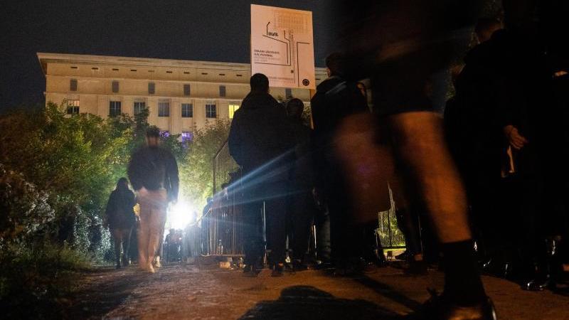 mehrere-hundert-menschen-wollten-zur-klubnacht-ins-berghain