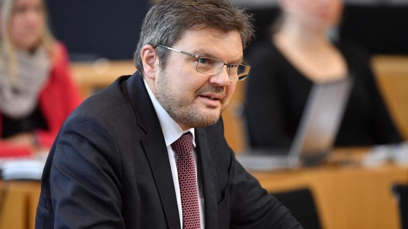 afd-bundestagsabgeordneter-michael-kaufmann-spricht-im-plenarsaal-des-thuringer-landtags-foto-martin-schuttdpa-zentralbilddpaarchivbild