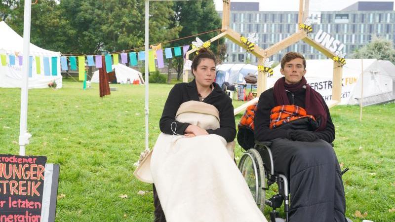 die-einstigen-hungerstreikenden-lea-bonasera-und-henning-jeschke-foto-jorg-carstensendpaarchivbild