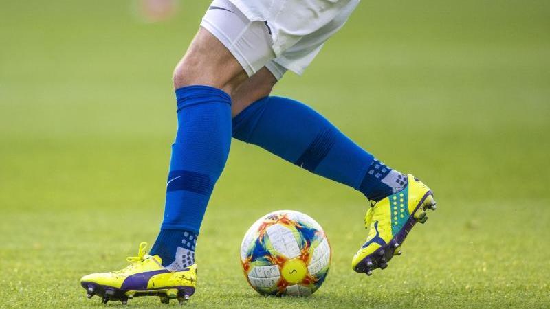ein-fuballspieler-spielt-den-ball-foto-jens-buttnerdpa-zentralbildzbsymbolbild