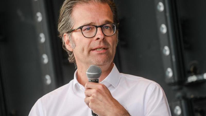 prasident-holger-siegmund-schultze-spricht-bei-einer-veranstaltung-des-karlsruher-sc-zu-vereinsmitgliedern-foto-christoph-schmidtdpaarchivbild