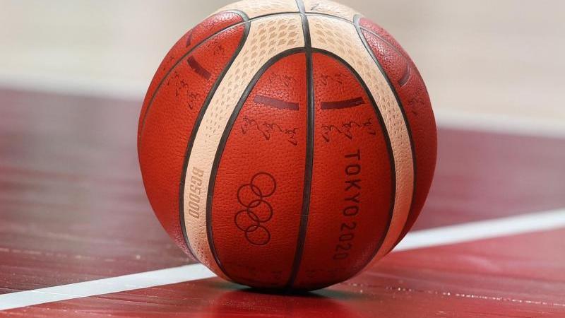ein-basketball-liegt-auf-dem-spielfeld-foto-swen-pfortnerdpasymbolbild