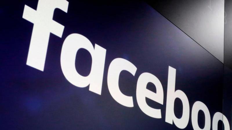 das-logo-von-facebook-auf-bildschirmen-an-der-nasdaq-marketsite-am-new-yorker-times-square-archivbild-foto-richard-drewapdpa