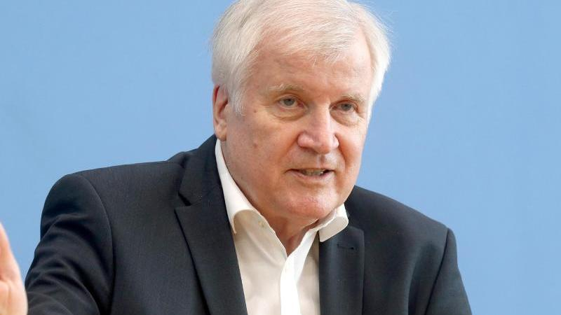 bundesinnenminister-horst-seehofer-csu-spricht-bei-einer-pressekonferenz-foto-wolfgang-kummdpaarchivbild