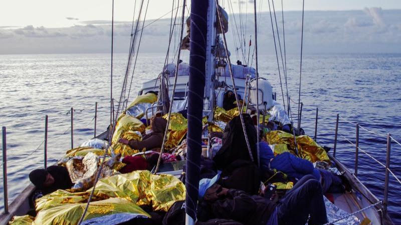 menschen-liegen-in-rettungsdecken-gehullt-an-bord-der-nadir-foto-elena-kloppmannresqship-ev-dpa