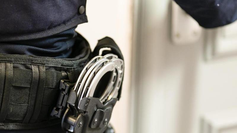 handschellen-sind-an-einem-gurtel-eines-justizvollzugsbeamten-befestigt-foto-frank-molterdpasymbolbild