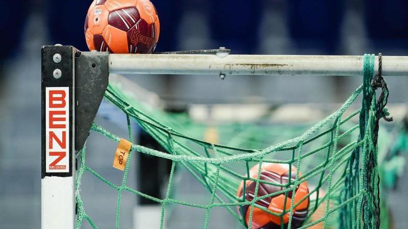spielballe-liegen-im-netz-eines-handball-tors-foto-uwe-anspachdpasymbolbild
