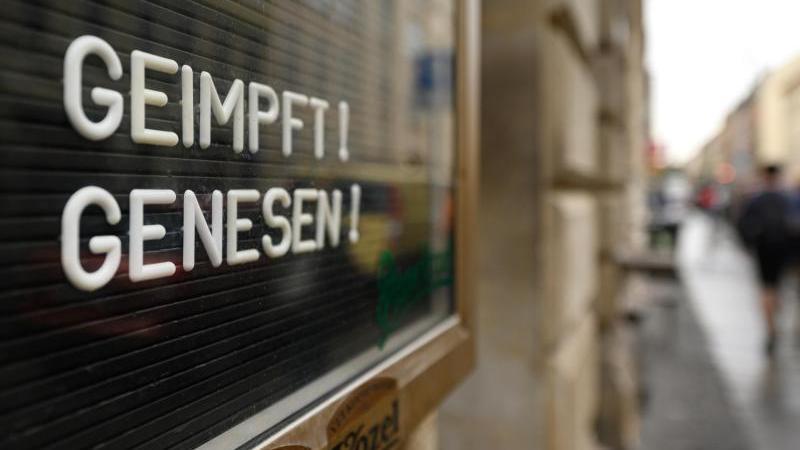 geimpft-genesen-steht-auf-einem-schild-an-einer-bar-foto-robert-michaeldpa-zentralbilddpasymbolbild