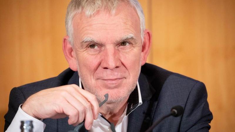 jochen-flasbarth-staatssekretar-im-bundesumweltministerium-spricht-foto-christian-charisiusdpaarchivbild