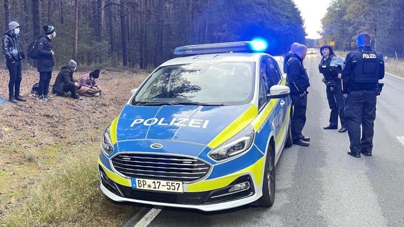 bundespolizisten-stehen-neben-einer-gruppe-von-migranten-die-zuvor-uber-die-deutsch-polnische-grenze-gegangen-waren-foto-danilo-dittrichdpa-zentralbilddpa