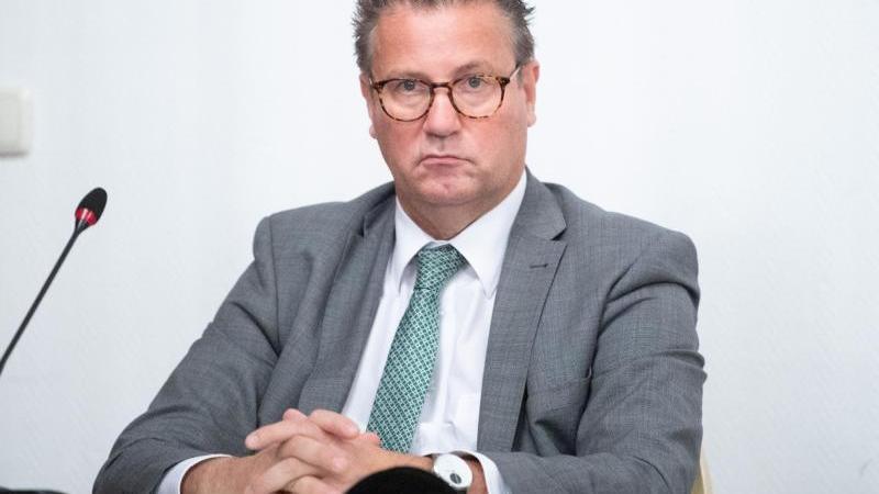 peter-hauk-cdu-landwirtschaftsminister-von-baden-wurttemberg-schaut-ernst-in-die-runde-foto-sebastian-kahnertdpa-zentralbilddpaarchivbild