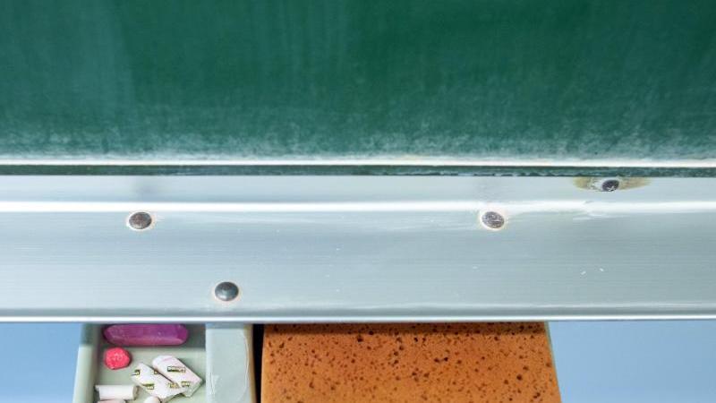 schwamm-und-kreide-liegen-in-einem-klassenraum-unter-einer-tafel-foto-klaus-dietmar-gabbertdpa-zentralbildzbsymbolbild