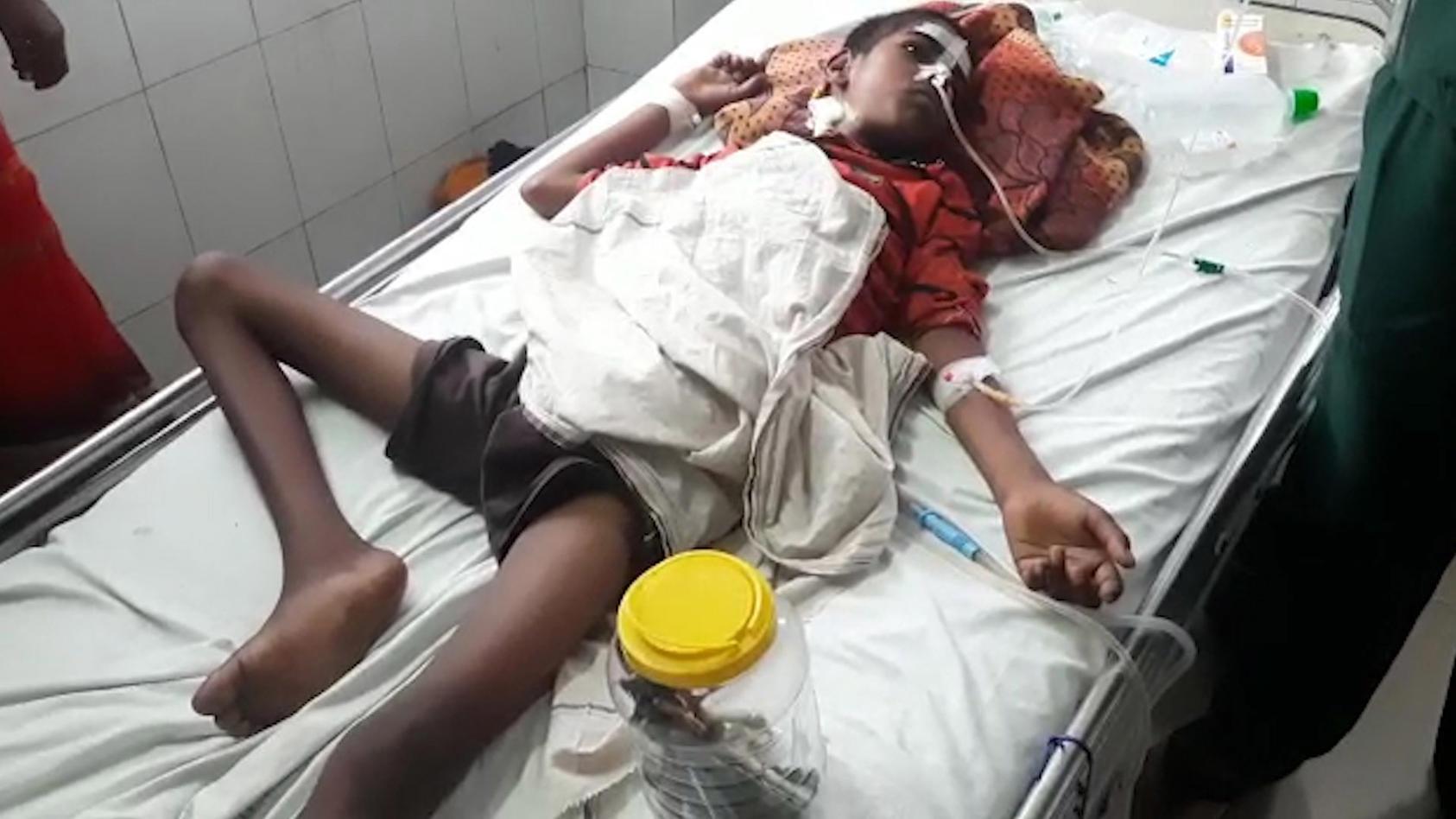 harish-devi-hatte-16-zahnbursten-und-einen-eisennagel-verschluckt-nach-der-operation-liegt-er-neben-den-zahnbursten-im-krankenbett