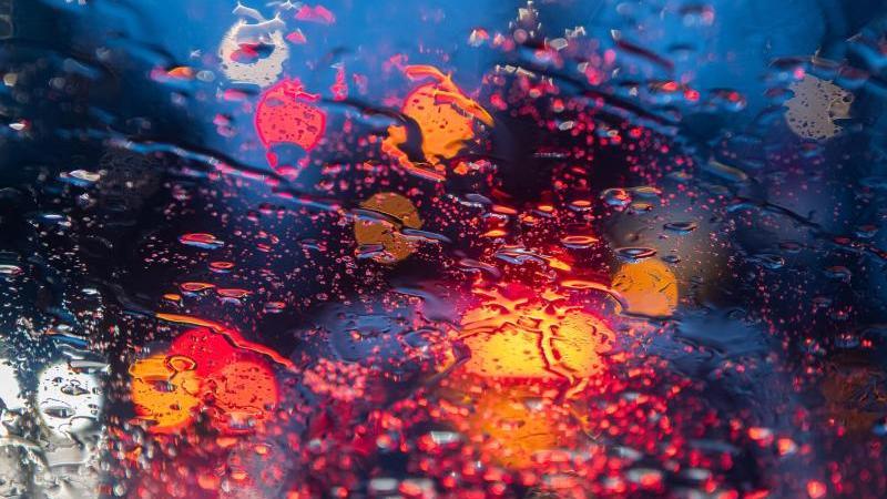 regentropfen-sind-auf-einer-autoscheibe-zu-sehen-foto-robert-michaeldpa-zentralbildzbsymbolbild