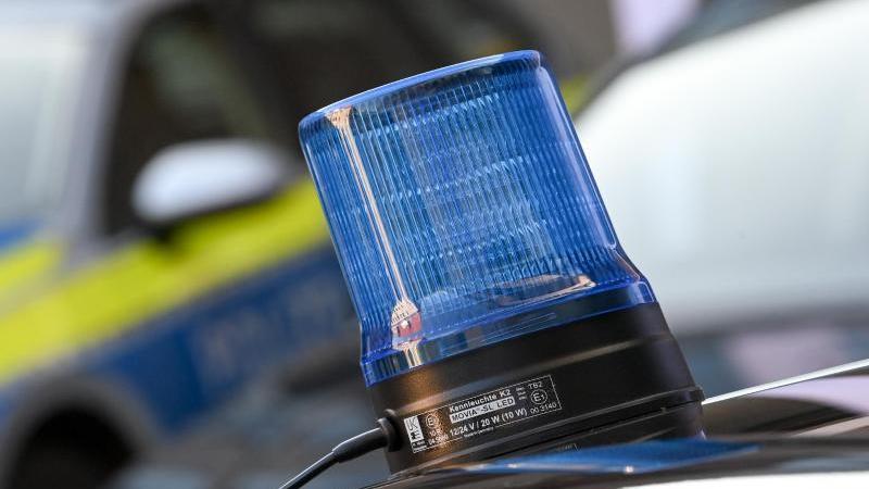 ein-blaulicht-ist-auf-dem-dach-eines-einsatzfahrzeuges-der-polizei-zu-sehen-foto-hendrik-schmidtdpa-zentralbilddpasymbolbild