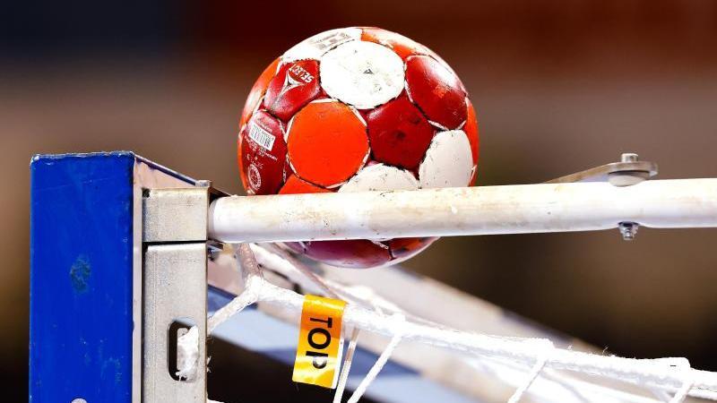 ein-handball-liegt-auf-einem-tor-foto-frank-molterdpasymbolbild
