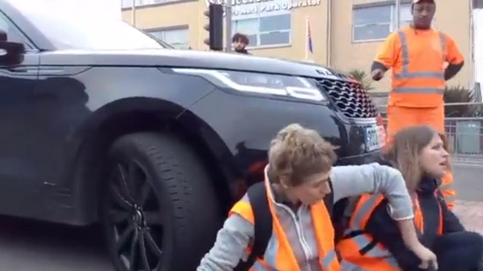 ausraster-auf-klima-demo-mama-schiebt-aktivisten-mit-auto-weg