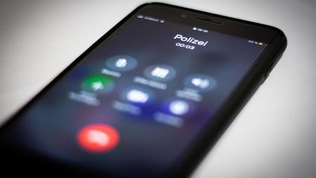 polizei-warnt-vor-betrugerischen-anrufen-bei-denen-sich-die-personen-als-beamte-ausgeben