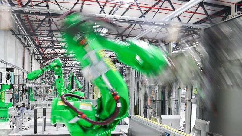 roboter-arbeiten-in-einem-presswerk-foto-jan-woitasdpa-zentralbilddpasymbolbild