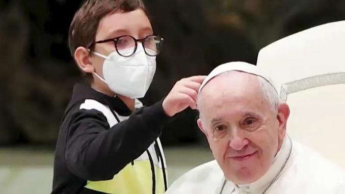 franziskus-schenkt-ihm-eine-kleiner-junge-will-papst-kappe