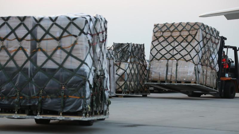 militarguter-werden-auf-einem-flughafen-verladen-foto-jan-woitasdpa-zentralbilddpasymbolbild