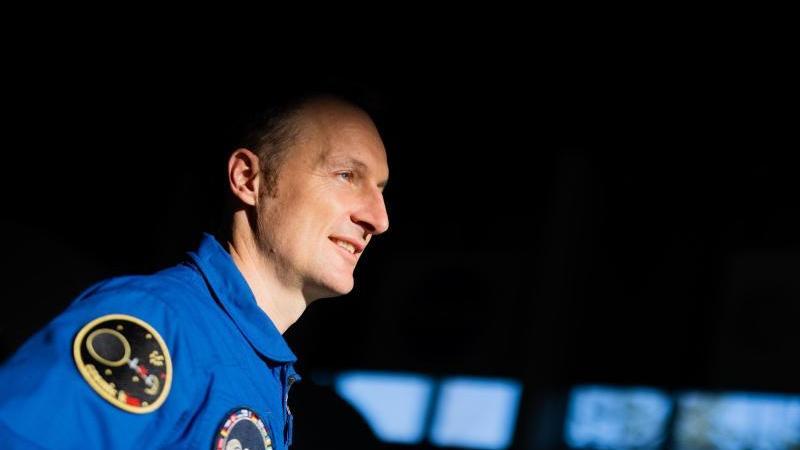 matthias-maurer-steht-vor-einer-pressekonferenz-im-europaischen-astronautenzentrum-eac-der-esa-foto-rolf-vennenbernddpa