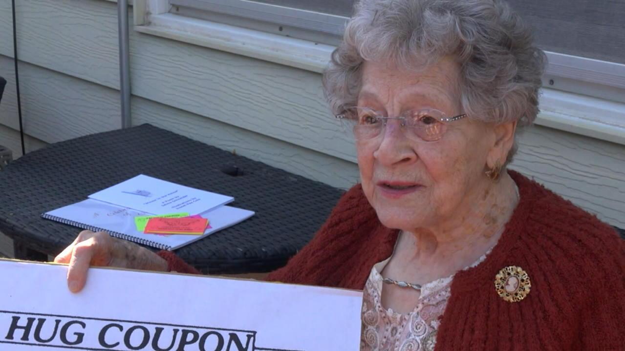 sie-will-anderen-helfen-94-jahrige-verteilt-umarmungs-coupons