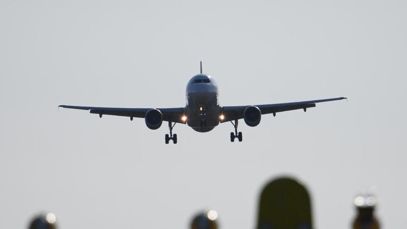 allein-der-innerdeutsche-flugverkehr-ist-jahrlich-fur-etwa-zwei-millionen-tonnen-co2-verantwortlich-foto-robert-michaeldpasymbolbild
