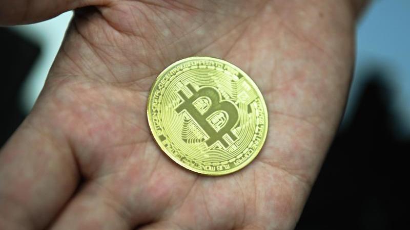 eine-nachgemachte-munze-mit-dem-bitcoin-logo-foto-nicolas-armerdpa