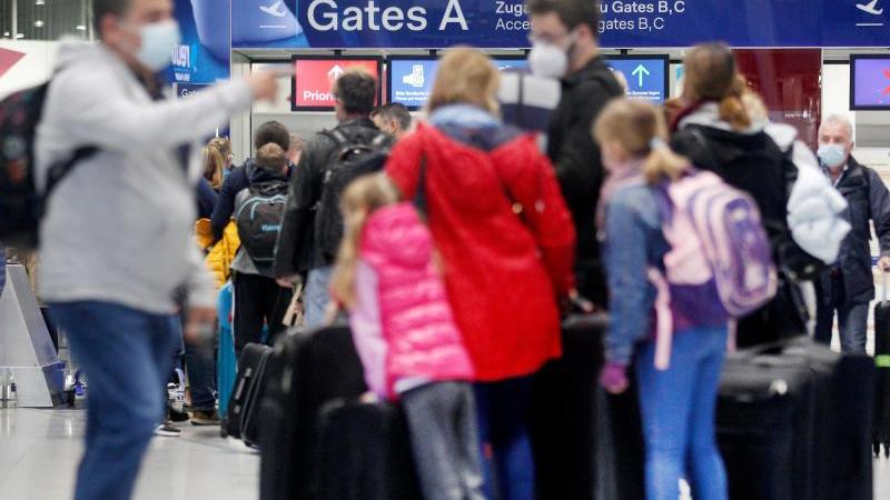 reisende-warten-vor-der-sicherheitskontrolle-auf-dem-flughafen-dusseldorf-auf-ihre-abfertigung-foto-roland-weihrauchdpaarchivbild
