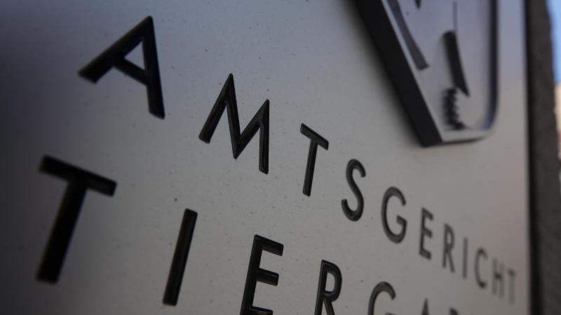 der-eingang-vom-amtsgericht-tiergarten-mit-schriftzug-des-gerichts-foto-taylan-gokalpdpaarchivbild