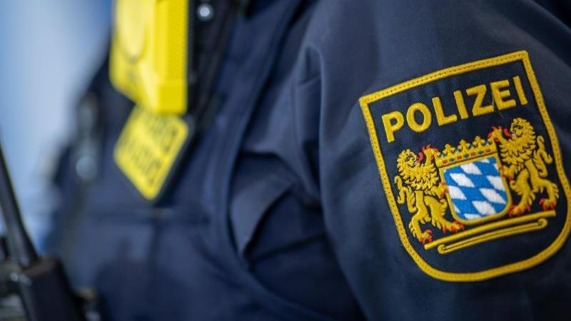 eine-polizistin-tragt-ein-abzeichen-der-bayerischen-polizei-foto-daniel-karmanndpasymbolbild