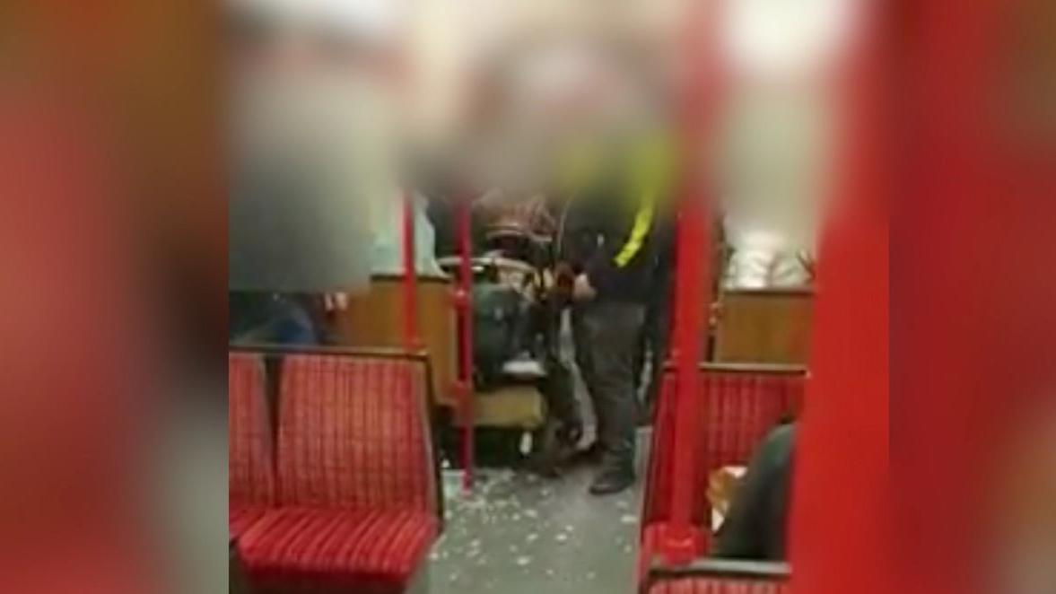 in-einer-dortmunder-stadtbahn-wird-ein-baby-im-kinderwagen-von-herumfliegenden-scherben-getroffen