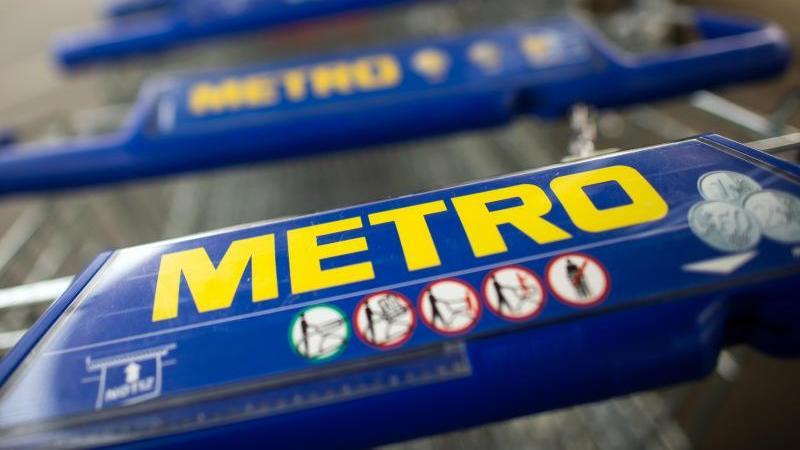 einkaufswagen-von-metro-warten-auf-benutzer-foto-federico-gambarinidpaarchivbild