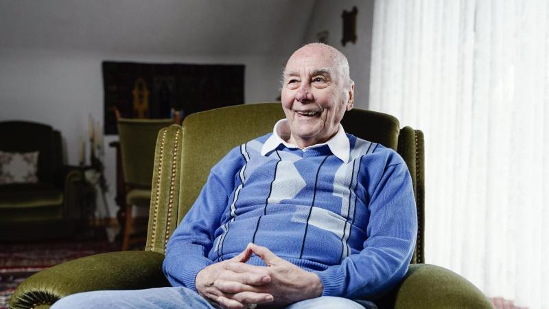der-ehemalige-fuballspieler-horst-eckel-lachelt-wahrend-eines-gesprachs-in-seinem-wohnhaus-foto-uwe-anspachdpaarchivbild
