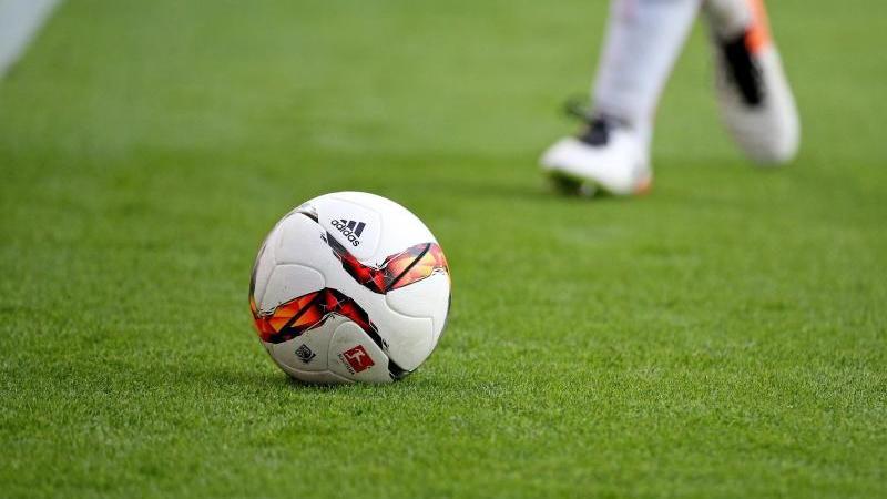 ein-fuball-spiel-foto-jan-woitasdpa-zentralbilddpasymbolbild