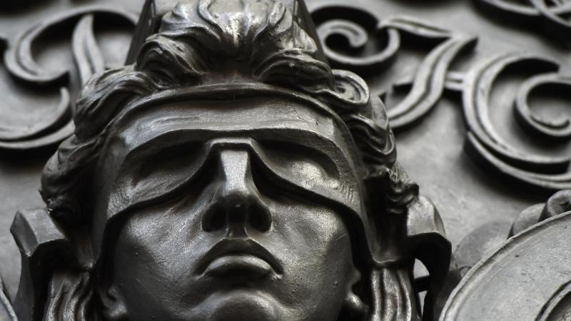 eine-figur-der-blinden-justitia-foto-sonja-wurtscheiddpasymbolbild