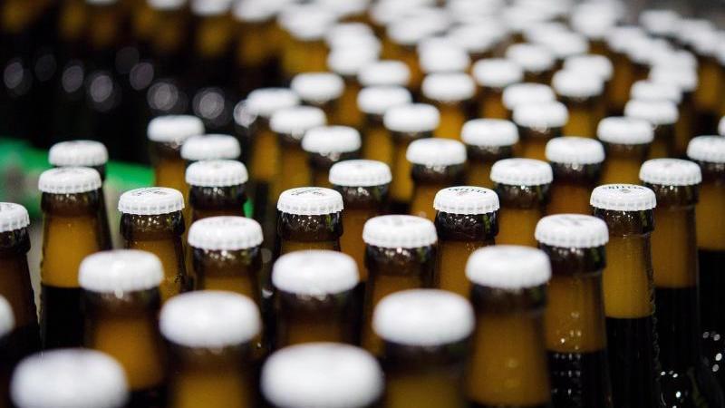 bierflaschen-mit-kronkorken-laufen-durch-die-produktion-foto-rainer-jensendpaarchivbild