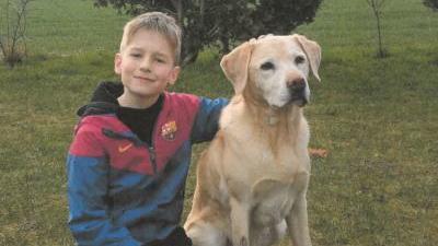 """Dustin ist 1,40m bis 1,50m groß und schlank. Er hat kurze, blonde Haare und trägt keine Brille. Am Tag seines Verschwindens war Dustin mit einer blau/roten Trainingsjacke des Vereins """"FC Barcelona"""" bekleidet."""