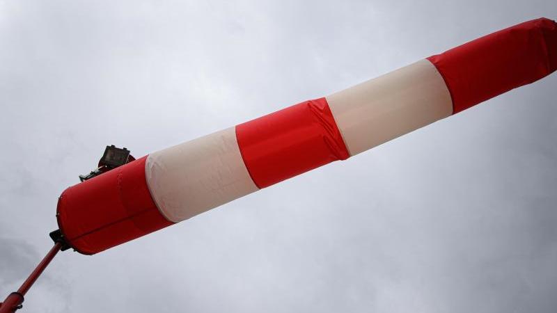 eine-windfahne-zeigt-die-windrichtung-an-foto-robert-michaeldpa-zentralbilddpasymbolbild