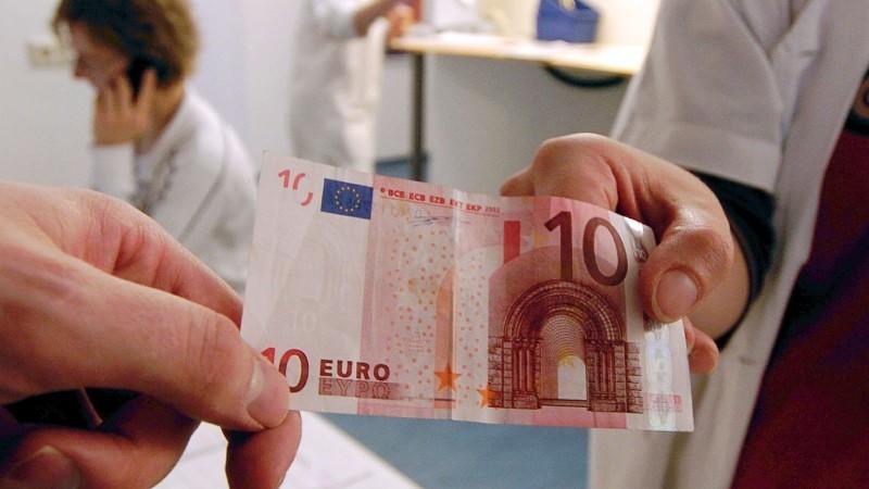 Union und FDP haben sich offenbar darauf geeinigt, die Praxisgebühr von zehn Euro vorerst nicht abzuschaffen.