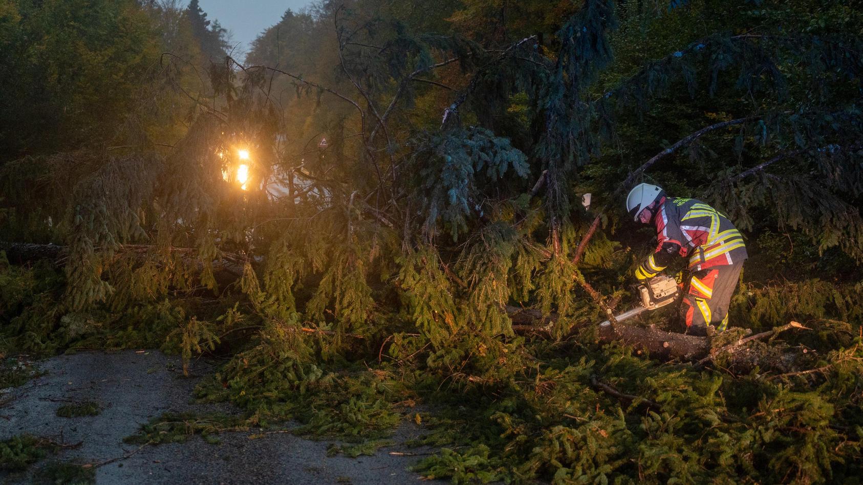 herbststurm-in-deutschland-tornado-in-emmerich-gefilmt