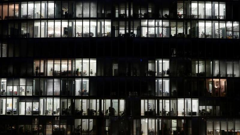 in-einem-burohochhaus-sind-am-abend-buros-beleuchtet-foto-martin-gertendpasymbolbild