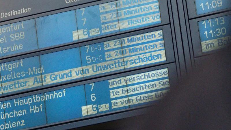 eine-anzeigetafel-in-der-halle-des-kolner-hauptbahnhofs-weist-auf-starke-verspatungen-hin-foto-henning-kaiserdpa